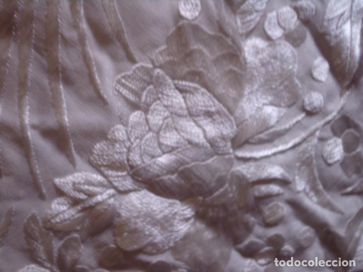ANTIGUO MANTON BLANCO NACARADO DE SEDA, BORDADO A MANO MUY TUPIDO CON GRAN FLECO, AVES Y FLORES (Antigüedades - Moda - Mantones Antiguos)
