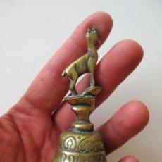 Antigüedades: CAMPANILLA DE DESPACHO O SERVICIO EN BRONCE CON CABRA 10,2 CMS.. Lote 119600767
