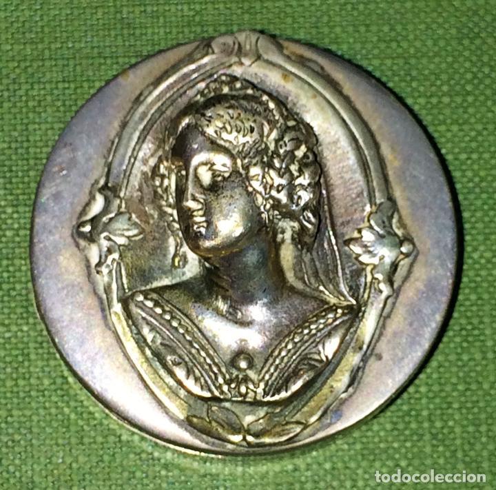 CAJITA PASTILLERO. PLATA CINCELADA. CON PUNZONES. APROX. 900/1000. ESPAÑA. XX (Antigüedades - Platería - Plata de Ley Antigua)