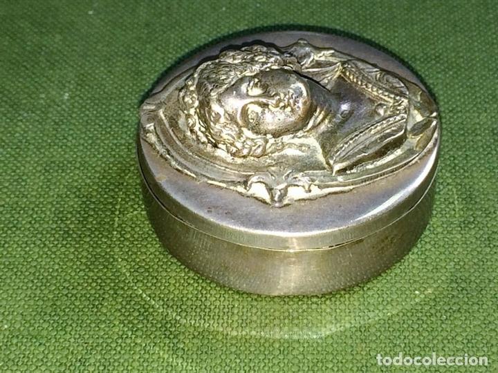 Antigüedades: CAJITA PASTILLERO. PLATA CINCELADA. CON PUNZONES. APROX. 900/1000. ESPAÑA. XX - Foto 3 - 119653695