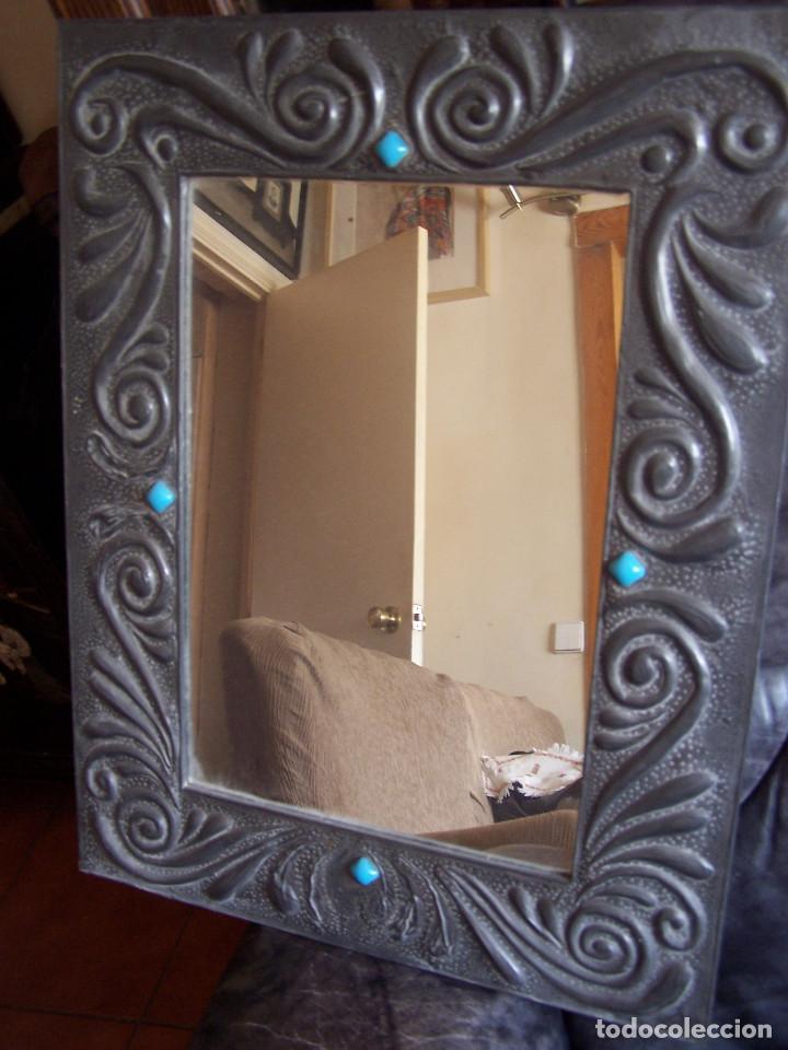 Antigüedades: Espejo con marco de estaño repujado años 60. D: 55 X 42,5 cm. 170 - Foto 2 - 119661203