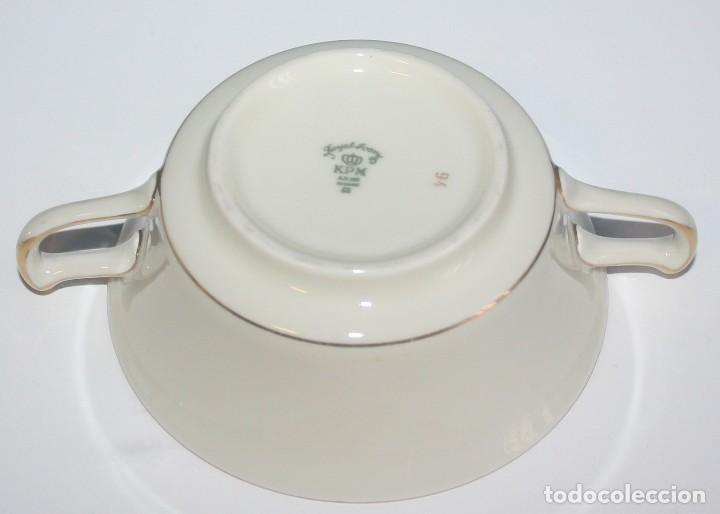 Antigüedades: Antigua taza de consomé de porcelana Royal Ivory KPM Germany con sello - Foto 3 - 135036398