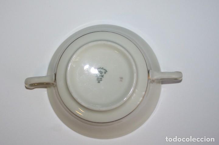 Antigüedades: Antigua taza de consomé de porcelana Royal Ivory KPM Germany con sello - Foto 4 - 135036398