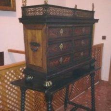 Antigüedades: ANTIGUO BARGUEÑO CON BALCONCILLO Y ANGELOTES DE BRONCE. Lote 119909187