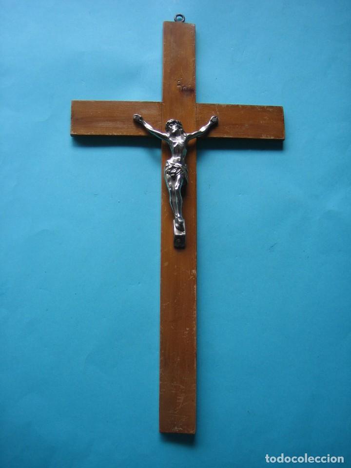 JESUCRISTO - CRISTO - ANTIGUO CRUCIFIJO DE METAL COLOR PLATA - CRUZ DE MADERA - 45 X 24 CM - 360 GR (Antigüedades - Religiosas - Crucifijos Antiguos)