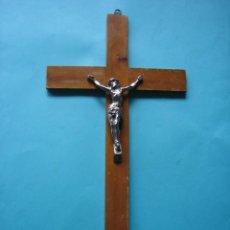 Antigüedades: JESUCRISTO - CRISTO - ANTIGUO CRUCIFIJO DE METAL COLOR PLATA - CRUZ DE MADERA - 45 X 24 CM - 360 GR. Lote 119911447