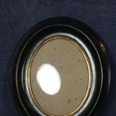 Antigüedades: ANTIGUO MARCO DE MADERA PARA FOTO COLGAR OVAL BORDE DORADO CRISTAL CARTÓN PPIO S XX. Lote 119926511