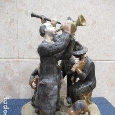 Antigüedades: FIGURA CERAMICA O PORCELANA DE 4 MUSICOS MUSICOS Y UN PERRO. Lote 120022531