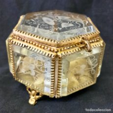 Antigüedades: ANTIGUO JOYERO BRONCE Y CRISTAL FACETEADO GRABADO AL ACIDO F. S. XIX INTERIOR COJIN SEDA. Lote 120110171