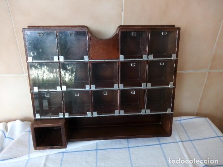 ANTIGUO ESPECIERO DE MADERA MACIZA CON DIVISONES Y PUERTAS DE PLASTICO (Antigüedades - Muebles Antiguos - Auxiliares Antiguos)