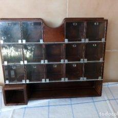 Antigüedades: ANTIGUO ESPECIERO DE MADERA MACIZA CON DIVISONES Y PUERTAS DE PLASTICO. Lote 120178311