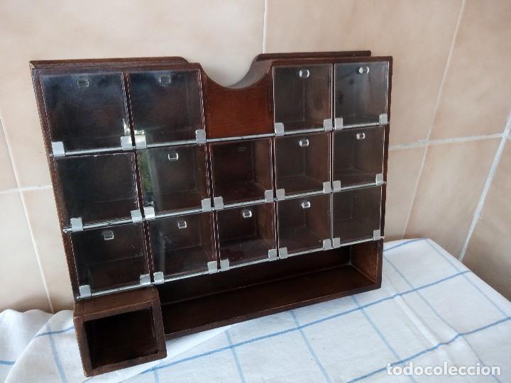 Antigüedades: antiguo especiero de madera maciza con divisones y puertas de plastico - Foto 2 - 120178311