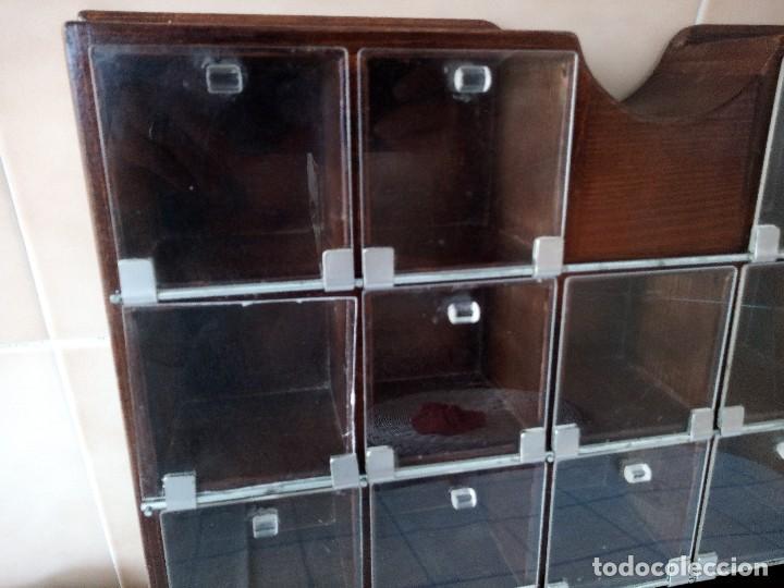 Antigüedades: antiguo especiero de madera maciza con divisones y puertas de plastico - Foto 3 - 120178311