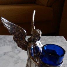 Antigüedades: ANTIGUO ANGEL PORTAVELAS O CANDELABRO METAL Y OPALINA AZUL - AÑOS 30 O 40. Lote 120197287