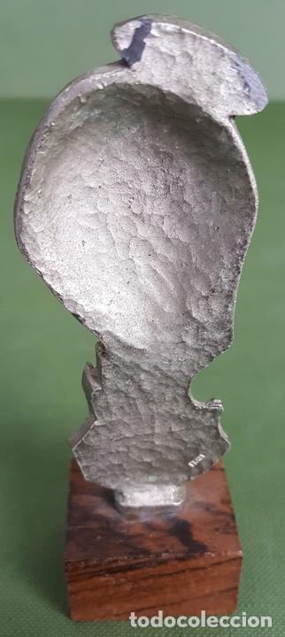 Antigüedades: ESCULTURA DE PELTRE. CINCELADA A MANO. BASE DE MADERA. ITALIA. CIRCA 1960. - Foto 3 - 120215451
