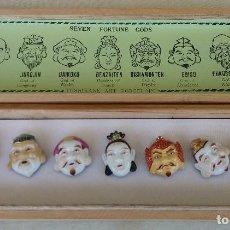 Antigüedades: BOTONES DE PORCELANA JAPONESA TOSHIKANE DE LOS 7 DIOSES DE LA FORTUNA Y CAJA MADERA ORIGINAL.. Lote 120258459