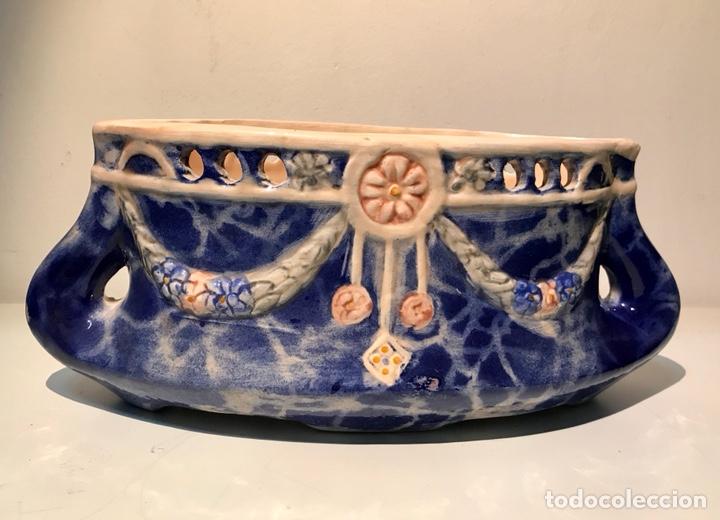 Antigüedades: Jardinera cerámica esmaltada modernista. Motivos florales con relieves. Años 20. - Foto 2 - 120281351