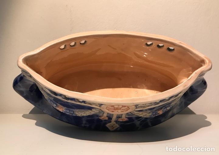 Antigüedades: Jardinera cerámica esmaltada modernista. Motivos florales con relieves. Años 20. - Foto 6 - 120281351