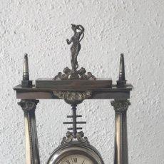Antigüedades: ELEGANTE RELOJ DE SOBRE MESA DEL ORFEBRE MUÑOZ GARRIDO, BAÑADO EN PLATA.. Lote 120319199