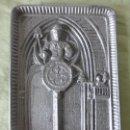 Antigüedades: ANTIGUA BANDEJA DE ESTAÑO CON DIBUJOS EN RELIEVE DE CAMPANEROS EN CATEDRAL GÓTICA TOCANDO CAMPANAS. Lote 120346127