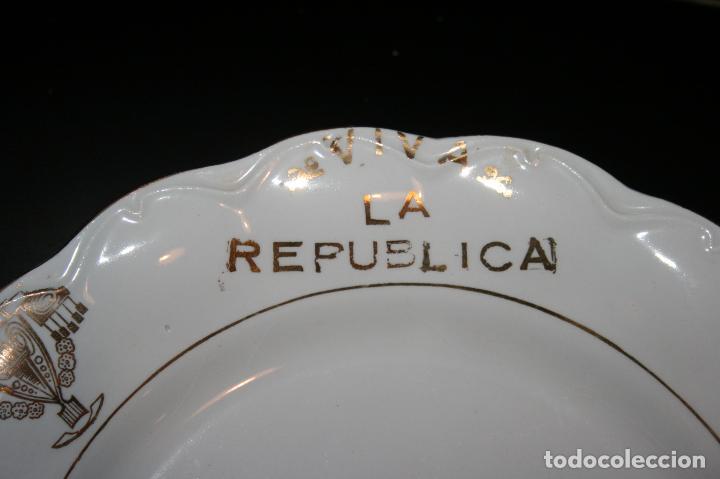 Antigüedades: Plato Viva la República,sello porcelana opaca Sevilla. 24 cms. diámetro. muy bien conservado. - Foto 4 - 120368847