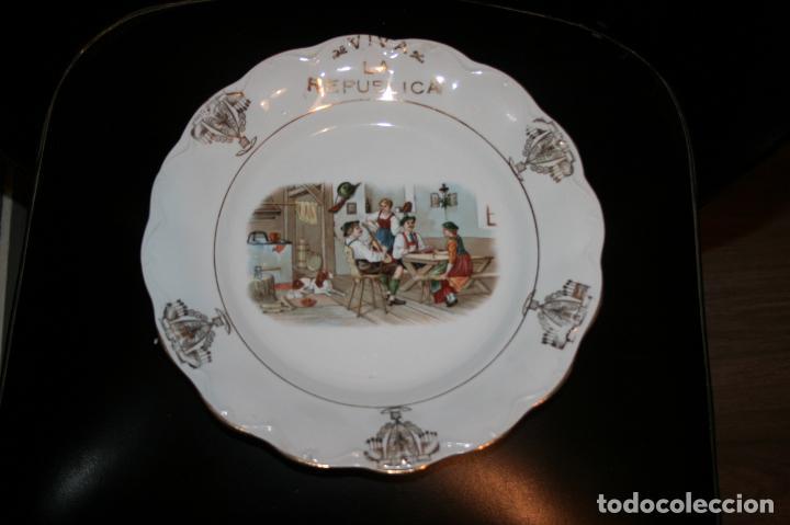 Antigüedades: Plato Viva la República,sello porcelana opaca Sevilla. 24 cms. diámetro. muy bien conservado. - Foto 6 - 120368847
