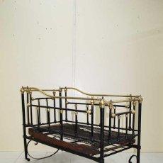 Antigüedades: CUNA ANTIGUA INFANTIL DE HIERRO FUNDIDO Y BRONCE. Lote 120427743