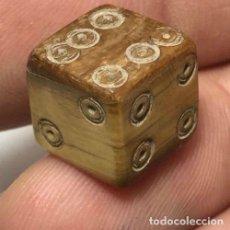 Antigüedades: MUY CURIOSO DADO ROMANO EN HUESO DE MAMUT / FOSIL. Lote 120443083