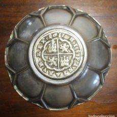 Antigüedades: PEQUEÑA BANDEJA CON MONEDA DE FONDO EN LA QUE PONE HISPANIA RUM REX 1633 BANDEJA 9 CM MONEDA 4 CM. Lote 120451811