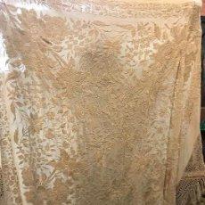 Antigüedades: ELEGANTISIMO MANTON COLOR BEIGE CON PRECIOSAS FLORES. Lote 120463479