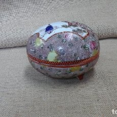 Antigüedades: BOMBONERA EN PORCELANA JAPONESA . AÑOS 30-40 .MARCADA. Lote 120467451
