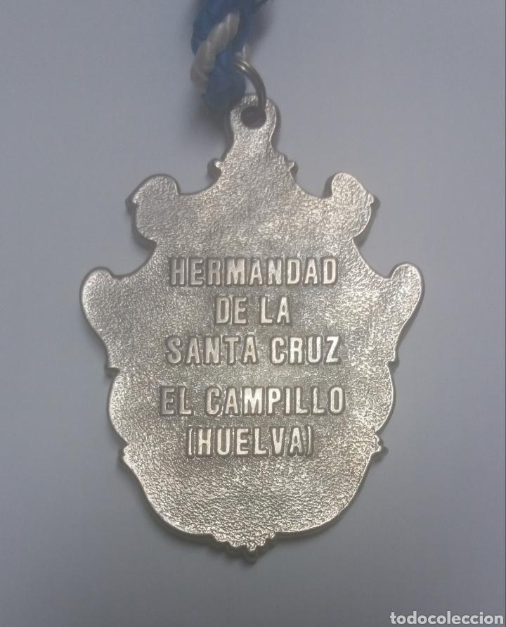 Antigüedades: MEDALLA HERMANDAD DE LA SANTA CRUZ, EL CAMPILLO, HUELVA - Foto 3 - 120527618