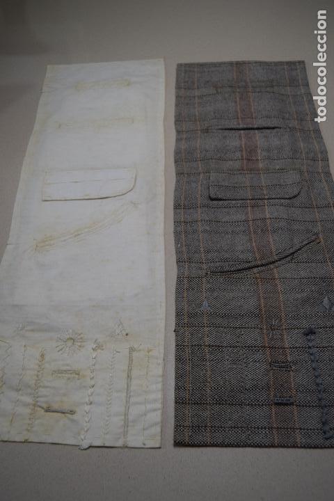 DOS MUESTRARIOS DE BOLSILLOS Y BORDADOS (Antigüedades - Moda - Bordados)