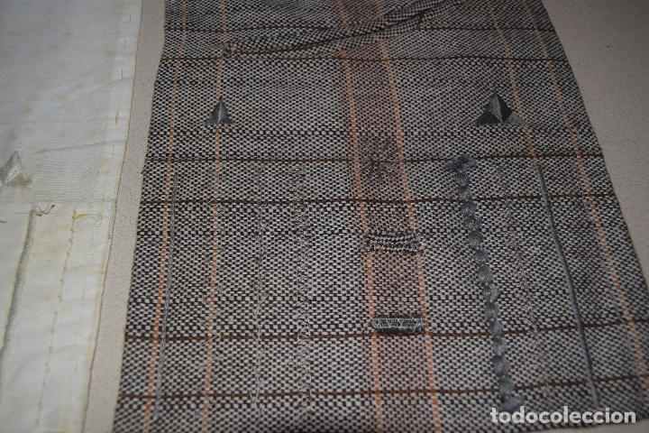 Antigüedades: dos muestrarios de bolsillos y bordados - Foto 2 - 120578727