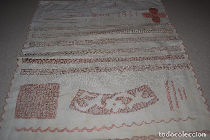 Antigüedades: lote de seis dechados o muestrario de bordados y vainicas - Foto 18 - 120579087