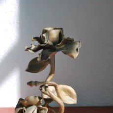 Antigüedades: CANDELABRO DE HIERRO - PORTAVELAS - PALMATORIA - ROSAS - FLORES - AÑOS 60. Lote 120618139