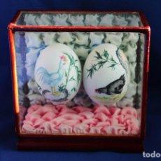 Antigüedades: JAPON. ANTIGUA Y MUY CURIOSA PIEZA JAPONESA, URNA DE CRISTAL Y MADERA CON DOS HUEVOS PINTADOS A MANO. Lote 120620063