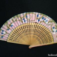 Antigüedades: ABANICO PINTADO A MANO - TELA CON PALOS DE MADERA, CA 1930. Lote 120625719