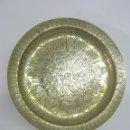 Antigüedades: BANDEJA LATON CINCELADO . FIRMA. Lote 120686931