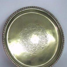 Antigüedades: ANTIGUA BANDEJA EUROPEA S. XIX . LATÓN CINCELADO CON CENEFA SALOMONICA DE COBRE. Lote 120688035