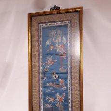 Antigüedades: ANTIGUA SEDA ORIENTAL BORDADA TIPO MANILA, AVE CON PERGOLA. MED. CON MARCO 27X63 CM. BUEN ESTADO. Lote 125371395