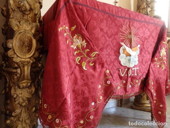Antigüedades: Orden Franciscana. Frente de altar en seda, hilo de oro y pedrería. 216 x 64 cm. Hac 1900 - Foto 4 - 120857695