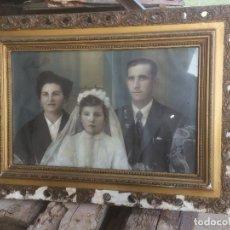 Antigüedades: ANTIGUO CUADRO / MARCO PORTAFOTOS CON FOTOGRAFIA DE MATRIMONIO Y NIÑA DE LOS AÑOS 40-50. Lote 121018527