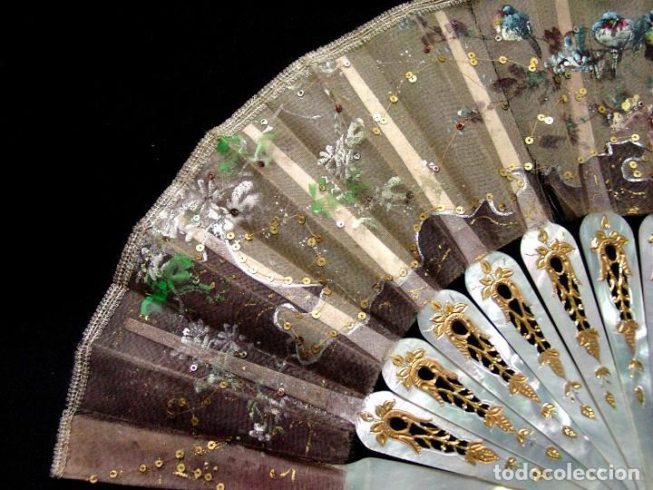 Antigüedades: ABANICO SIGLO XIX. PAIS PINTADO PAJAROS Y FLORES. VARILLAJE TALLADO Y CALADO NACAR-ORO-SIGLO XIX - Foto 2 - 121025487