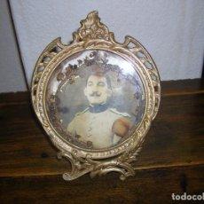 Antigüedades: MUY ANTIGUO PORTAFOTOS DE BRONCE CON FOTOGRAFIA DE MILITAR CON CORONA DE FLORES. Lote 121050847