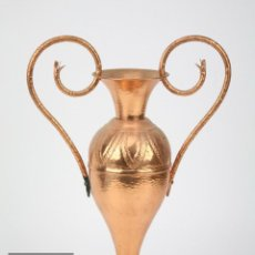 Antigüedades: JARRÓN / ÁNFORA DECORATIVA DE COBRE MARTILLADO Y PUNZONADO - MEDIDAS 27 X 10 X 38 CM. Lote 121094111