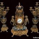 Antigüedades: ANTIGUA GUARNICIÓN, CANDELABROS Y RELOJ, ESTILO IMPERIO. BRONCE DORADO AL MERCURIO. S.XIX, FUNCIONA.. Lote 121222895