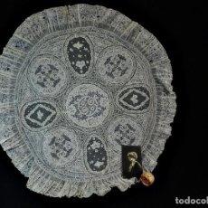 Antigüedades: 1506 PRECIOSO ENCAJE REDONDO TAPETE ANTIGUO 1900 DE PRECIOSAS APLICACIONES Y ALENÇON. Lote 121223447