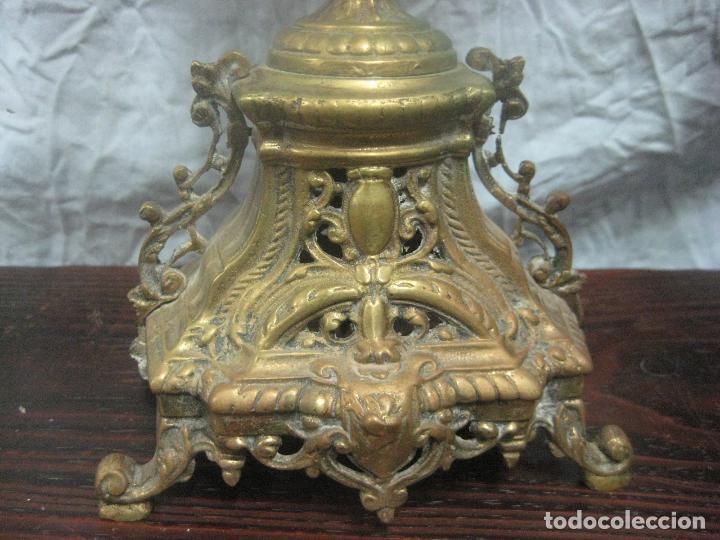 Antigüedades: PRECIOSA PAREJA DE CANDELABROS ISABELINOS EN BRONCE CINCELADO EXCELENTE PIEZA DE DECORACION, RAROS - Foto 10 - 125308983
