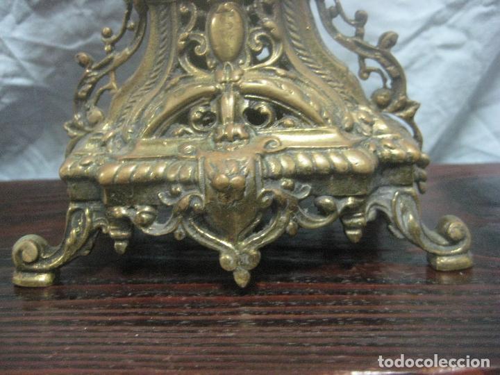 Antigüedades: PRECIOSA PAREJA DE CANDELABROS ISABELINOS EN BRONCE CINCELADO EXCELENTE PIEZA DE DECORACION, RAROS - Foto 13 - 125308983